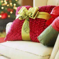 Красная подушка с красивым бантом