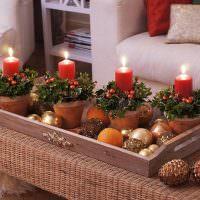 Деревянный поднос с новогодними декорациями