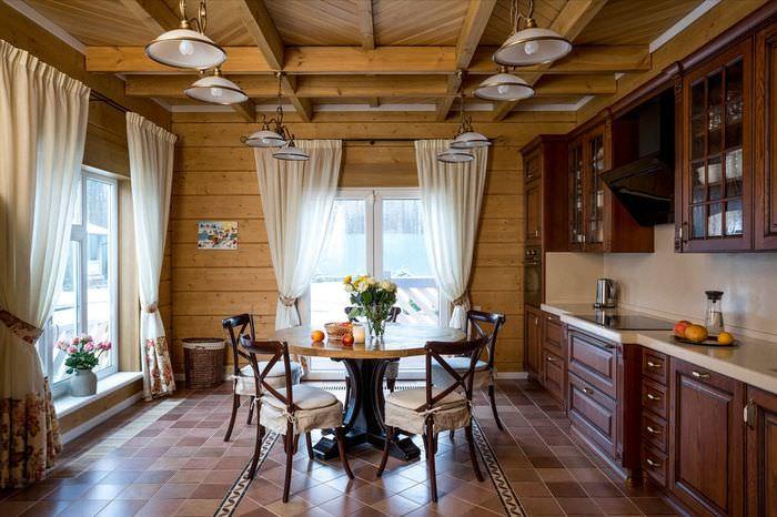 Обеденная зона с круглым столом на кухне загородного дома