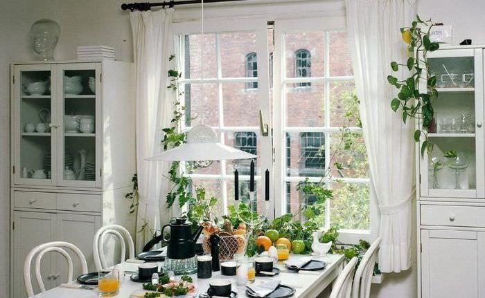 Сервировка обеденного стола в кухне-столовой