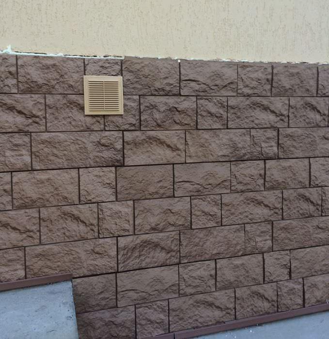 Отделка искусственным камнем цоколя жилого дома