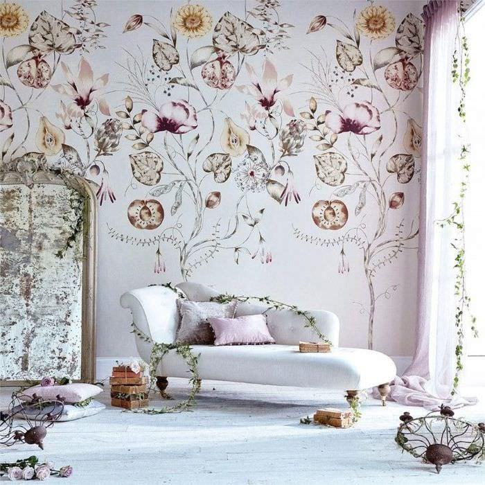 Светлые обои с растительным орнаментом за белым диваном