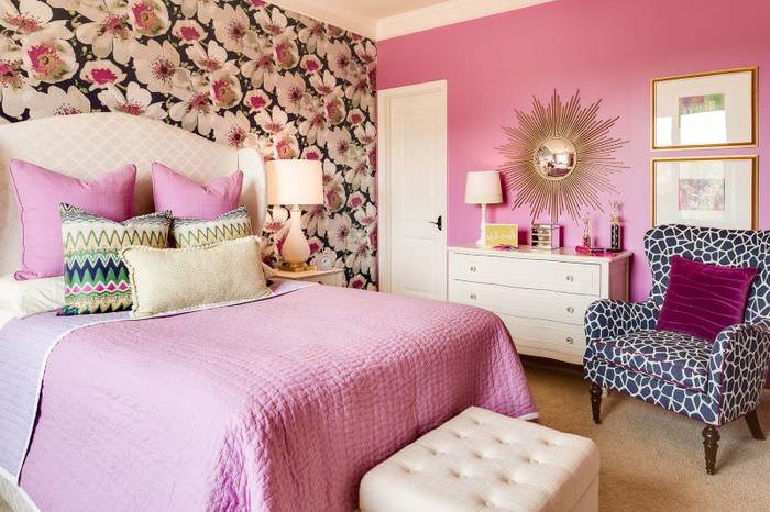 Обои с крупными цветками в дизайне спальни для девушки