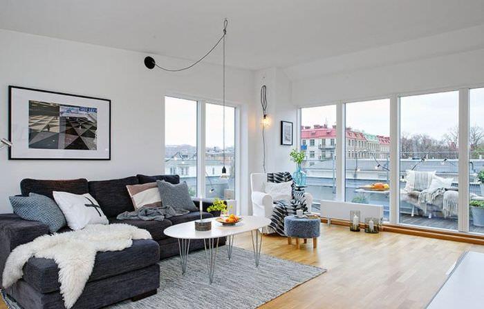 Интерьер белой гостиной без занавесок на окнах