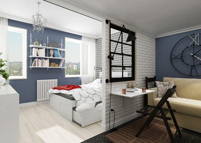 Внутренняя перегородка с окном в интерьере небольшой квартиры