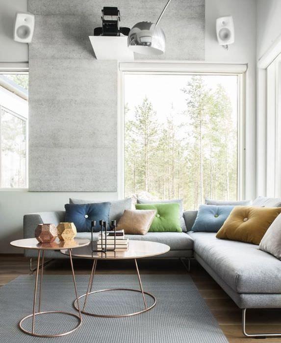 Разноцветные декоративные подушки в гостиной стиля модерн