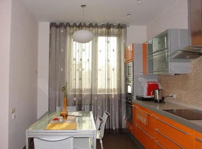 Прозрачные шторы из искусственной ткани на кухне стиля хай-тек