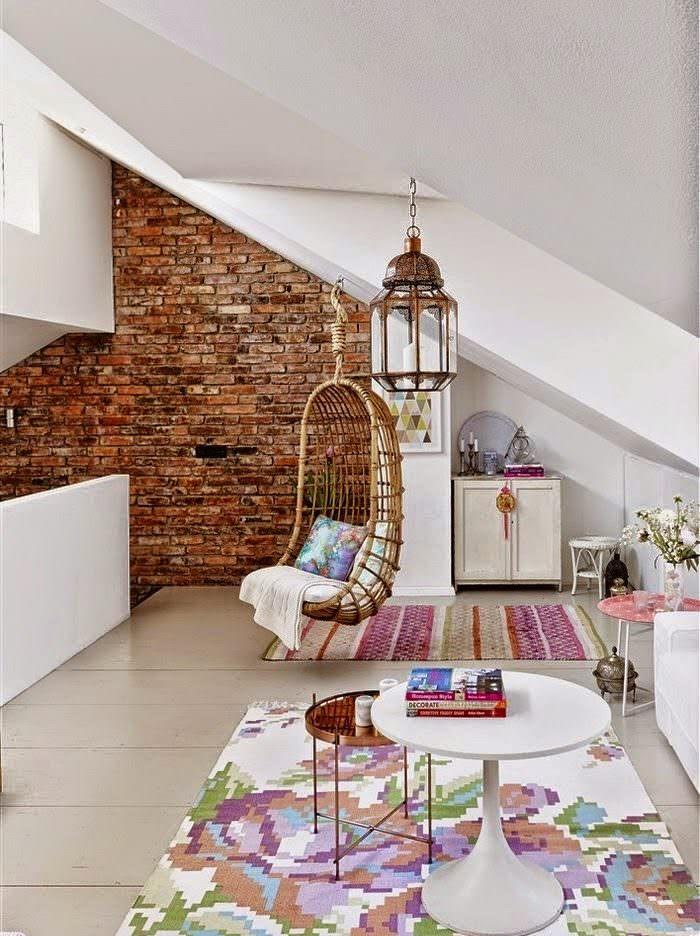 Подвесное кресло из ротанга в мансарде частного дома