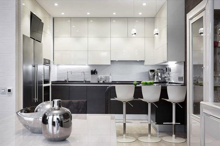 Яркое освещение в черно-белой кухне