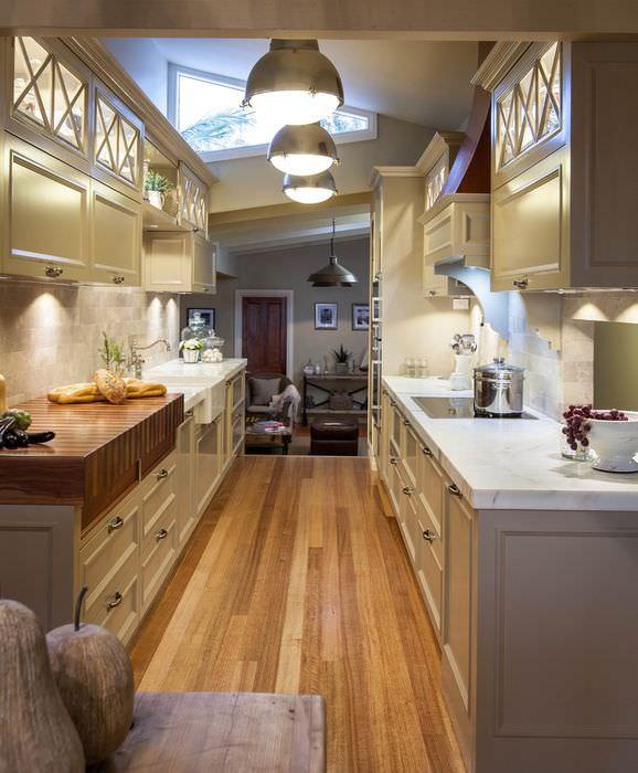 Три потолочных светильника в длинной кухне