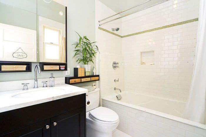 Яркое освещение в белой ванной комнате