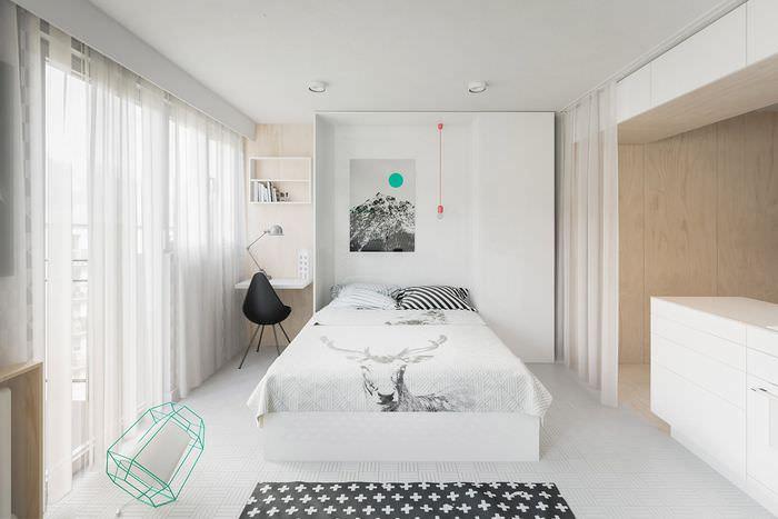 Белая откидная кровать в однокомнатной квартире
