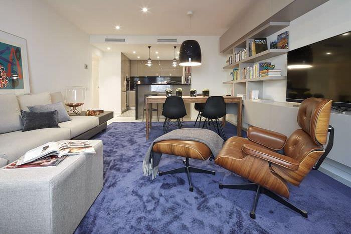 Кожаные кресла на синем ковровом покрытии