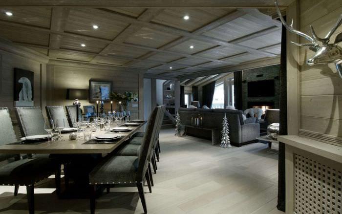 Темный потолок с деревянной отделкой