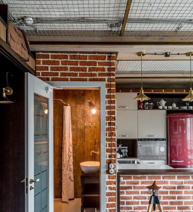 Открытая дверь в ванную комнату в квартире-студии