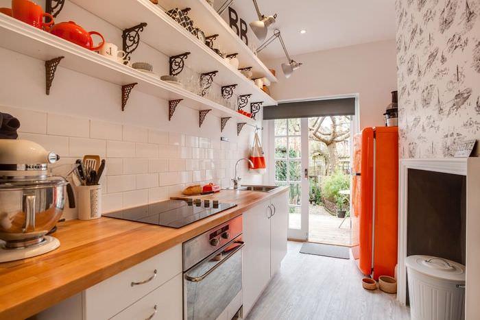 деревянные открытые полки в узкой кухне