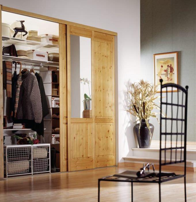 Шкаф-купе с открытой деревянной дверцей