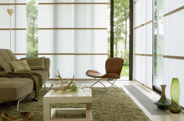 Окна гостиной с панельными шторами