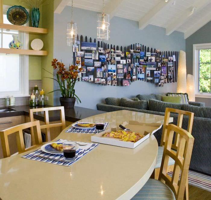 Декоративное панно на голубой стене гостиной