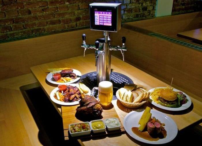 Стойка для разлива пива по центру стола для посетителей бара