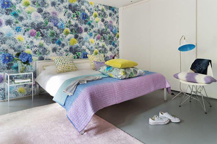 Яркие обои с пестрым орнаментом на стене спальни панельного дома