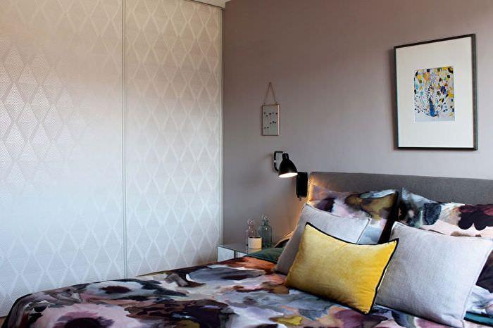 Декоративные подушки на кровати в панельном доме