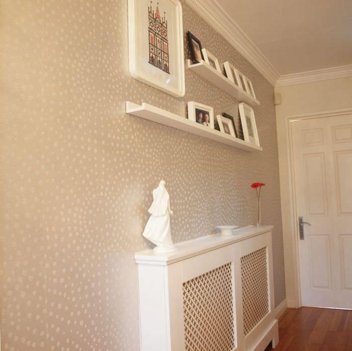 Полочки с декорациями на стене прихожей