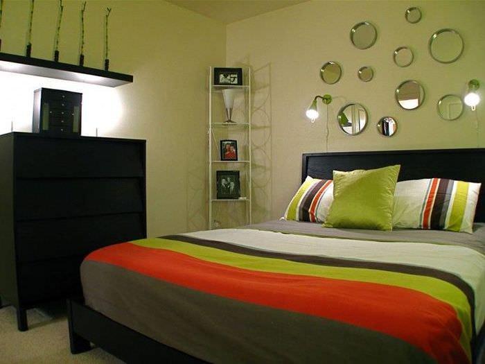 Покрывало с полосками на кровати в узкой спальне