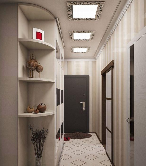 Три встроенных светильника на потолке узкой прихожей