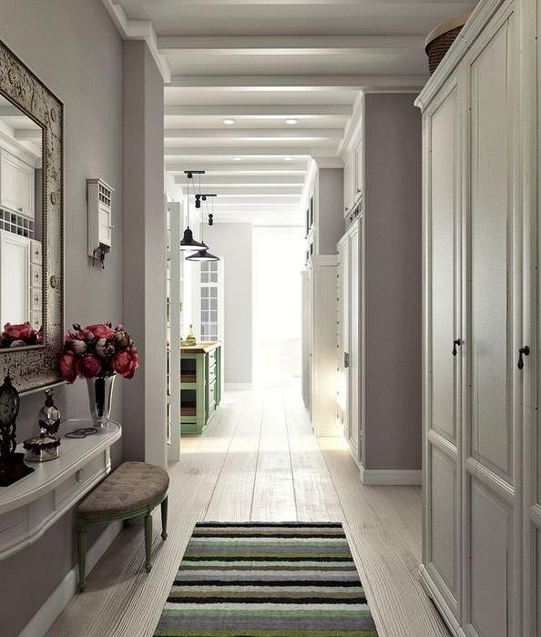 Интерьер небольшого коридора в пастельных тонах