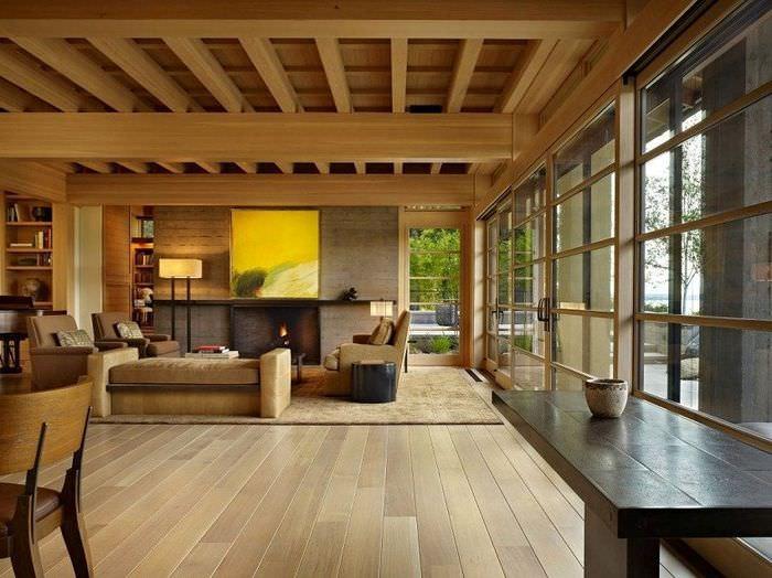 Интерьер гостиной с панорамным остеклением в доме из клееного бруса