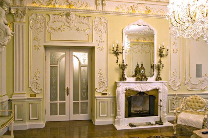 Позолоченная лепнина на стене комнаты в античном стиле
