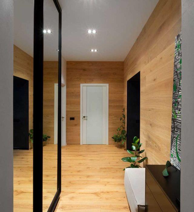 Оформление деревом прихожей трехкомнатной квартиры