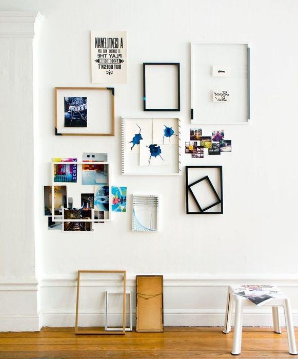 Декорирование белой стены рамками и фотографиями
