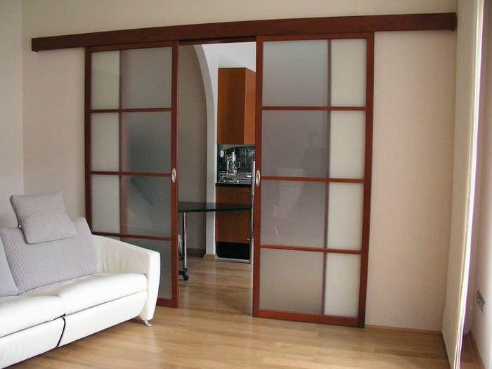 Раздвижные двери на деревянном каркасе со стеклом