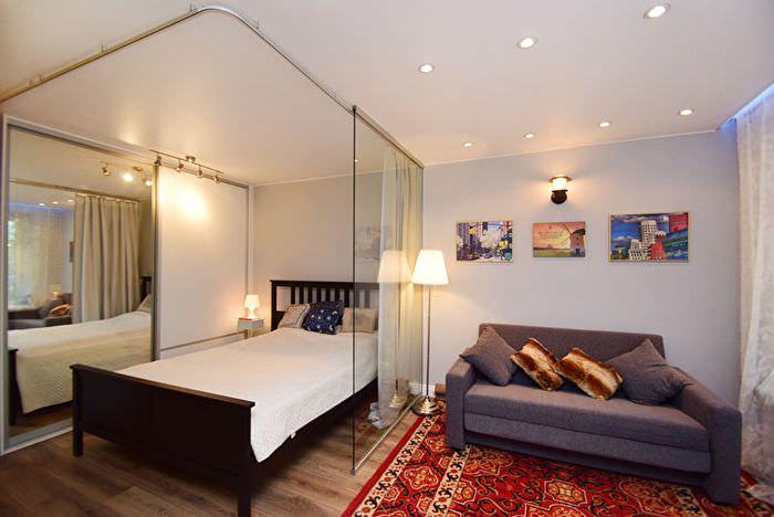 Кровать в хрущевке за раздвижной перегородкой из стекла