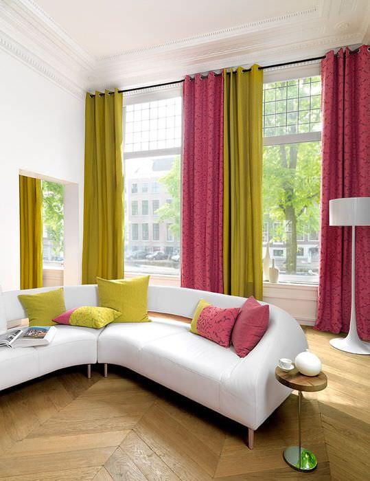 Разные шторы на высоких окнах гостиной
