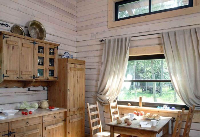 Деревянная мебель на кухне сельского дома