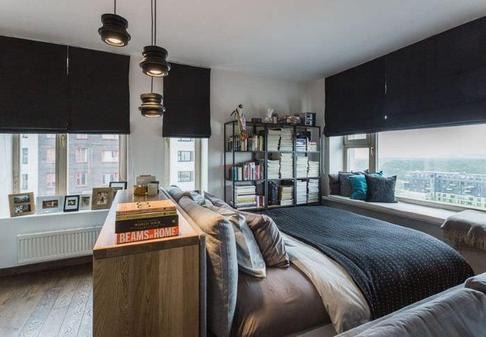 Интерьер спальни для молодого человека с черными шторами