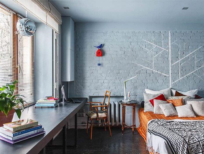 Светло-голубые стены из окрашенного кирпича