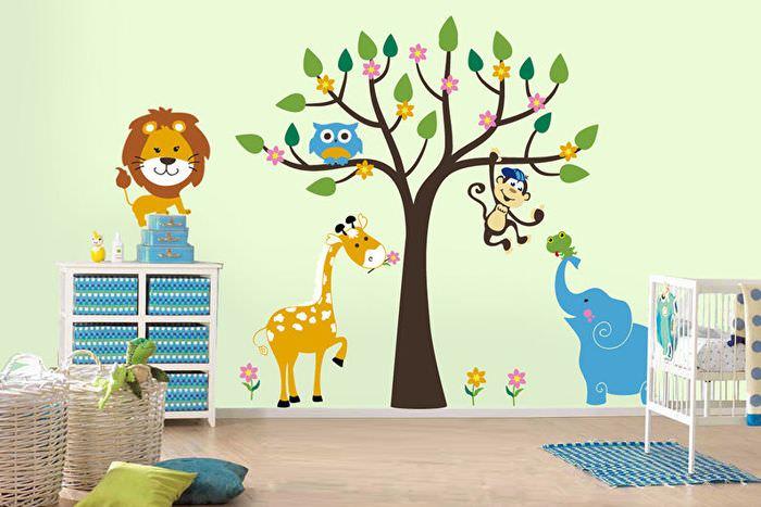 Рисунки животных на стене детской комнаты