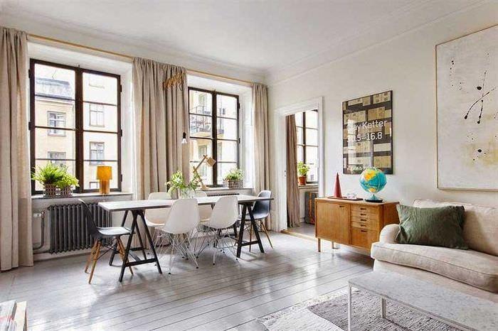 Ровный беленный потолок в гостиной скандинавского стиля