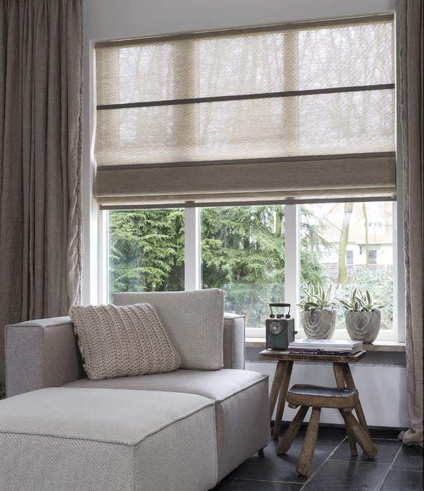 Окно гостиной с разными шторами серого цвета