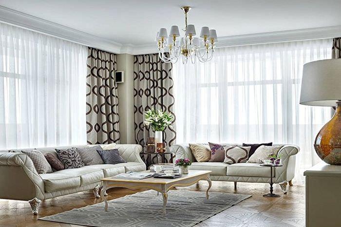 Светлая гостиная с белыми стенами