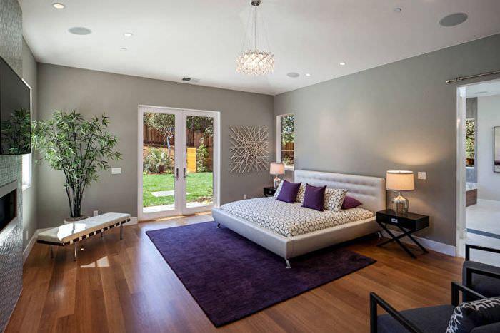 Интерьер спальни в трехкомнатной квартире панельного дома