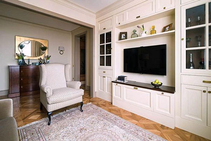 Мягкое кресло в зале классического стиля оформления