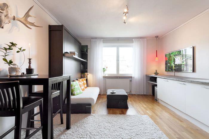 Интерьер вытянутой комнаты с одним окном