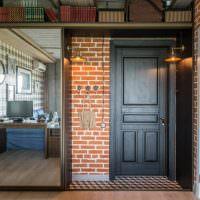 Входная дверь в квартире-студии индустриального стиля