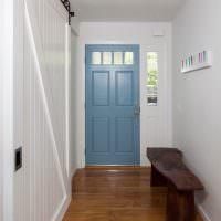 Деревянная лавка перед входной дверью