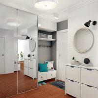 Круглое зеркало на белой стене
